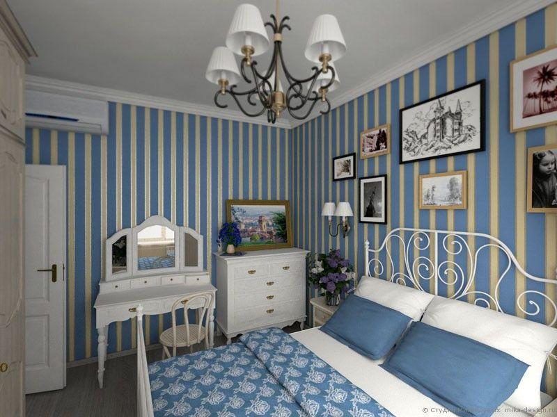 Бумажные обои пастельного цвета с вертикальной полосой в небольшой уютной спальне