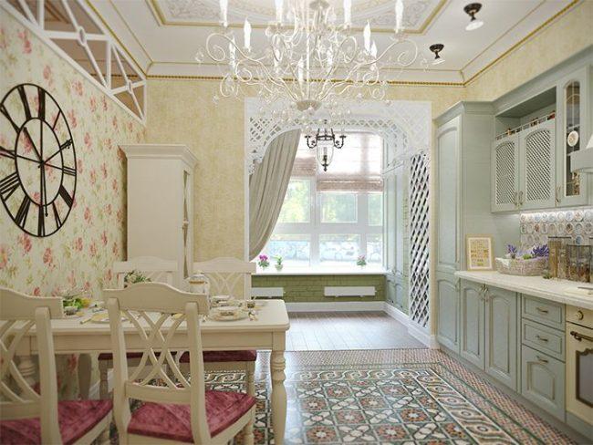 Пастельные тона кухни поддержаны обоями в прованском стиле