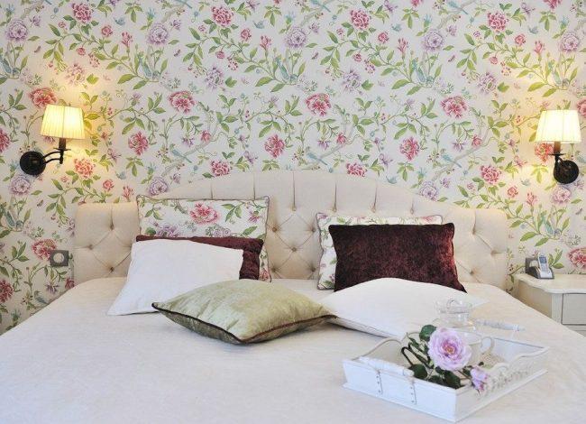 Цветной рисунок на обоях дополняется аналогичным рисунком на подушках