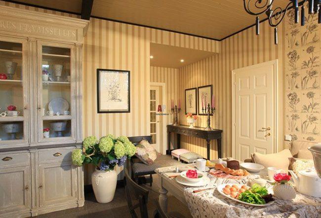 Комбинирование вертикальной полосы и цветочного рисунка на обоях кухни