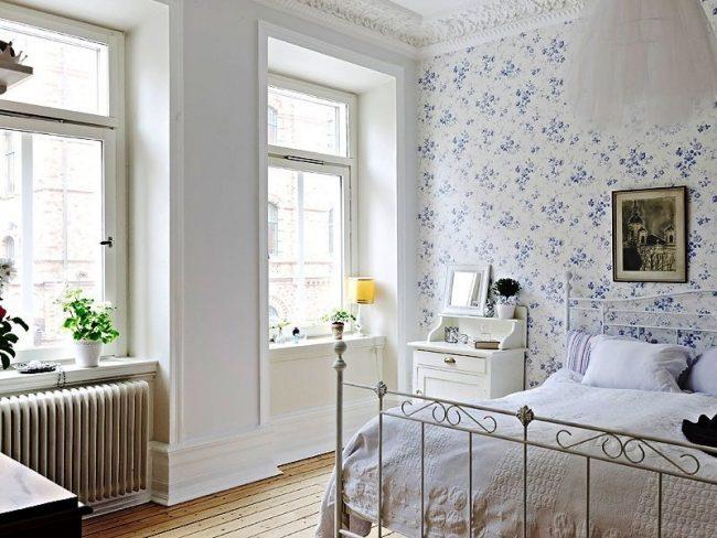 Классическая прованская спальня с преобладанием белого цвета и белыми обоями с небольшими синими цветами