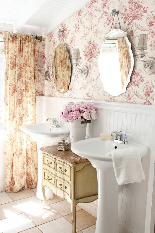 Непривычно и красиво смотрятся обои в стиле французского прованса в ванной комнате