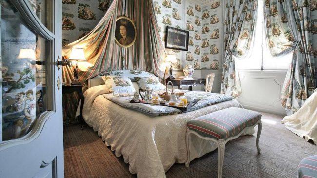 Рисунок на обоях и шторах в спальне прованского стиля может совпадать