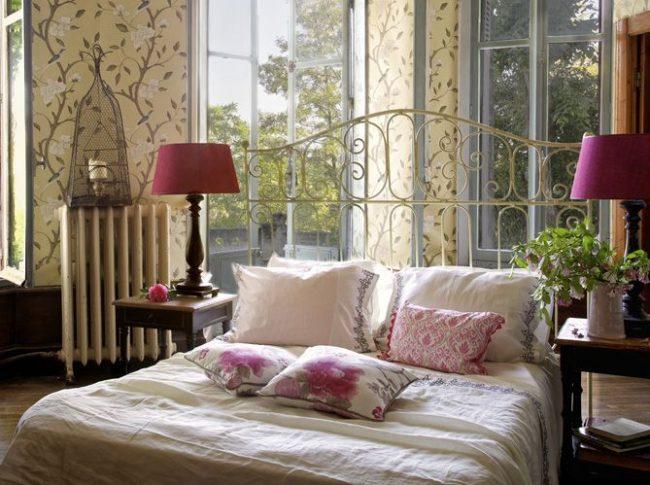 Бежевые обои с рисунком веток в спальне стиля прованс