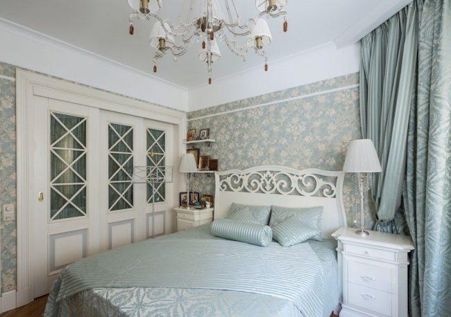 Прованский стиль в небольшой спальне с ненавязчивыми обоями серо-бежевого цвета в тон комнаты