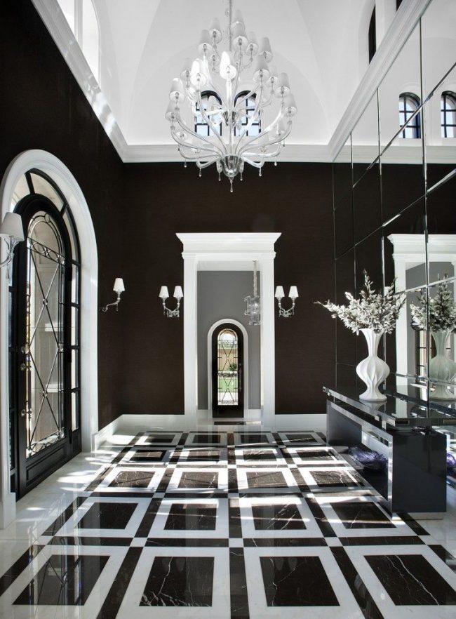 Черные обои и белый потолок визуально расширяют прихожую