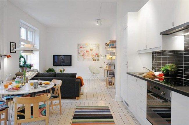 Кухня-студия с преобладанием белого цвета