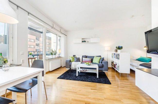 Белые стены и потолок визуально увеличат не только высоту потолка, но и общую площадь небольшой квартиры