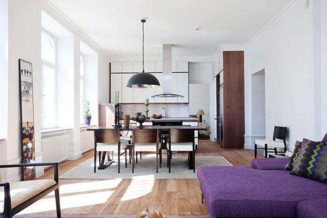 Современная однокомнатная квартира с ярким диваном