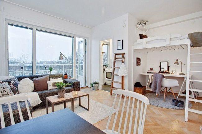 Скандинавский стиль в оформлении однокомнатной квартиры со спальным местом под потолком