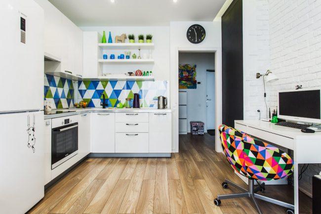 Яркая и стильная кухня совмещенная с рабочим кабинетом