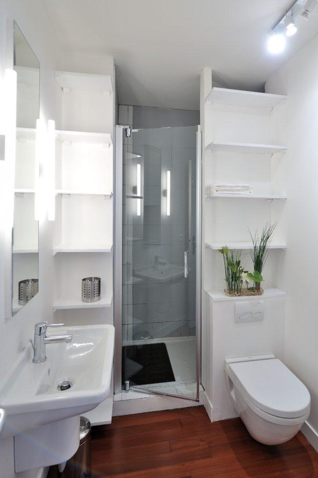 Небольшой санузел с душевой кабиной уместен для маленьких квартир