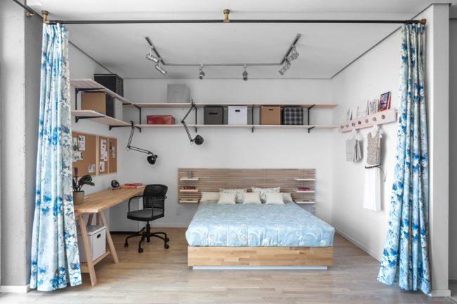 Спальная и рабочая зоны удобно прячутся за тканевыми шторами
