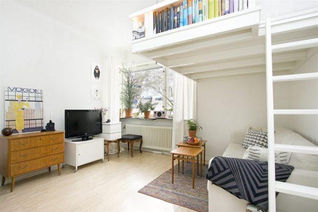 Спальная зона, расположенная вторым ярусом над диваном экономит пространство в однокомнатной квартире