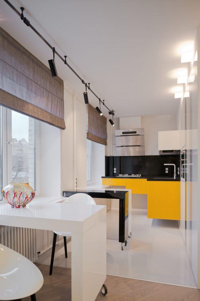 Небольшая кухня в стиле модерн с яркими элементами мебели