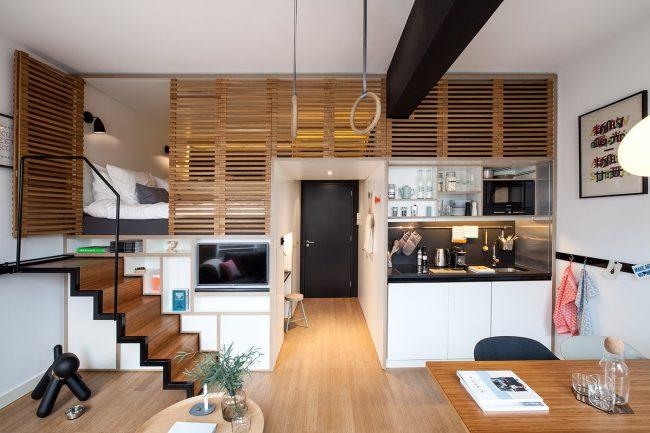 Если высота потолков в квартире не маленькая, то вы можете сыграть на этом организовав спальное место вторым ярусом