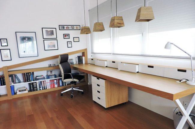 Кожаное компьютерное кресло в кабинете скандинавского стиля