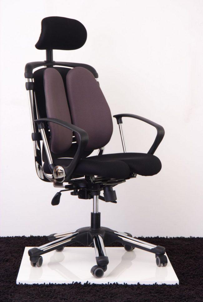Ортопедическое компьютерное кресло с раздвоенной спинкой и сидением для более комфортного сидения