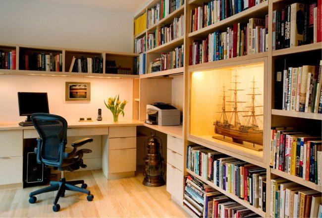 Современный кабинет-библиотека с ортопедическим компьютерным креслом