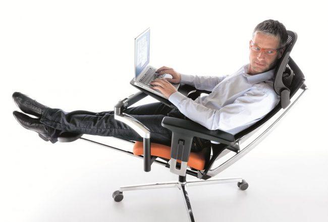 Ортопедическое компьютерное кресло с подставкой для ног