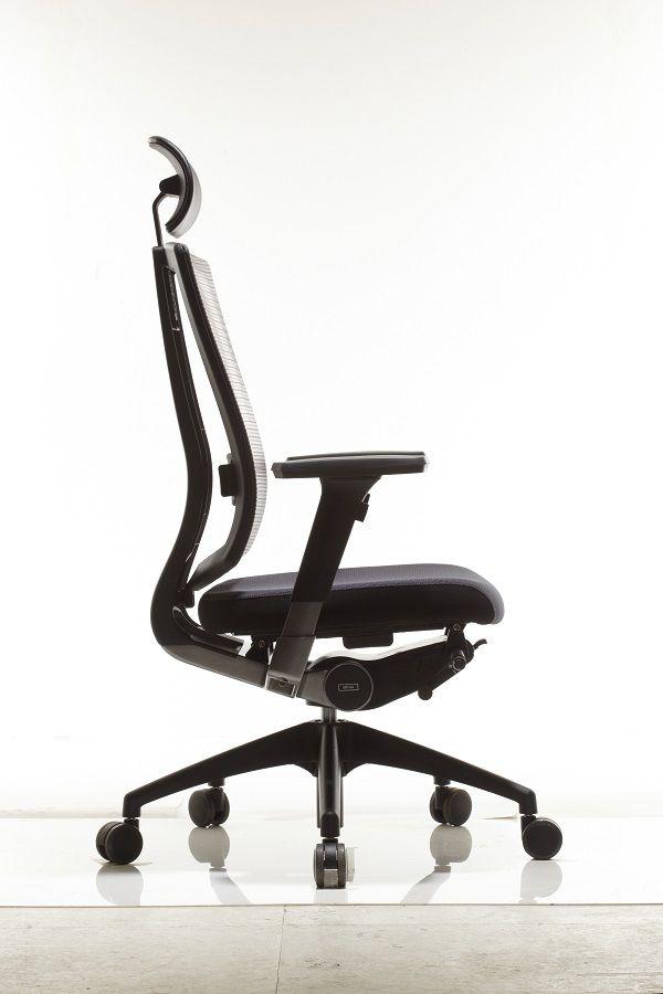 Ортопедическое кресло в профиль демонстрирует правильный изгиб спинки