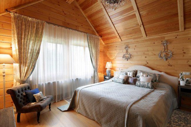 Древесина натурального цвета в обшивке спальни