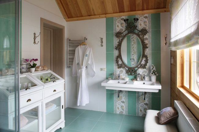 Кафель в сочетании с деревянной обшивкой в оформлении ванной комнаты