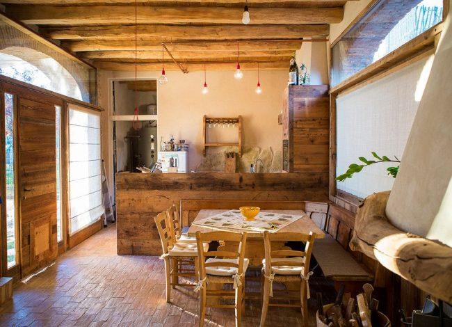 Керамическая плитка на полу частного дома из дерева в стиле кантри
