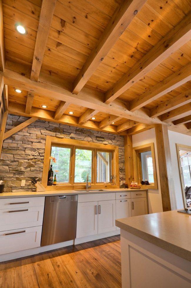 Декоративный камень и дерево в оформлении интерьера кухни частного дома