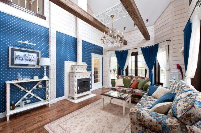 Для обшивки гостиной частного дома из дерева хорошо подходит вагонка