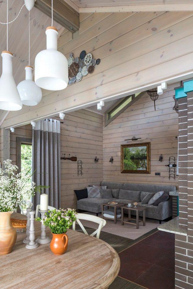 Светлая гостиная частного дома из дерева