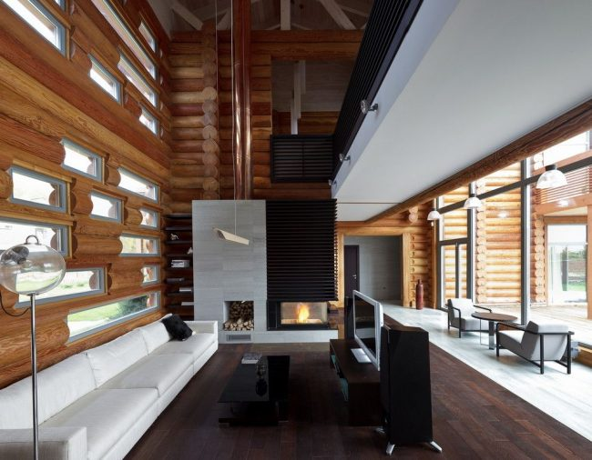 Стильный интерьер гостиной частного дома из сруба