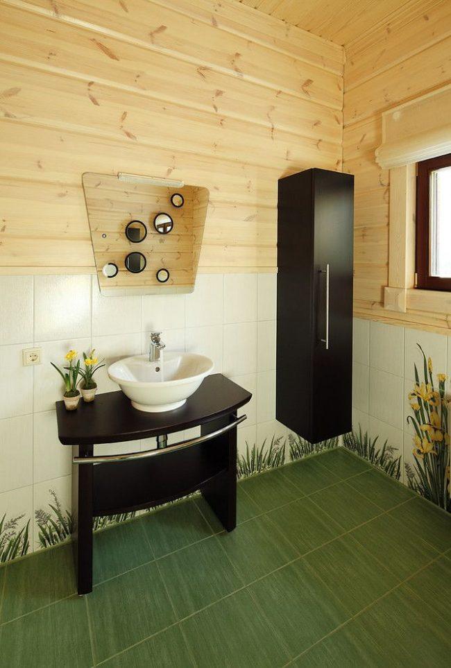Вагонка и кафель в обшивке санузла частного дома