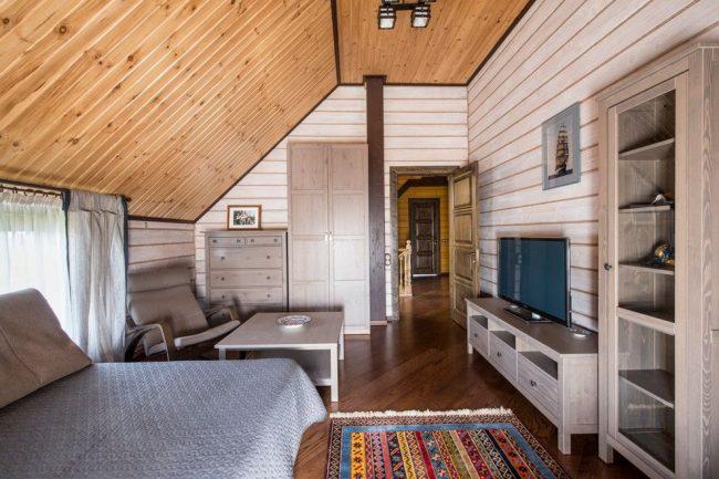 Деревянная обшивка мансардной спальни