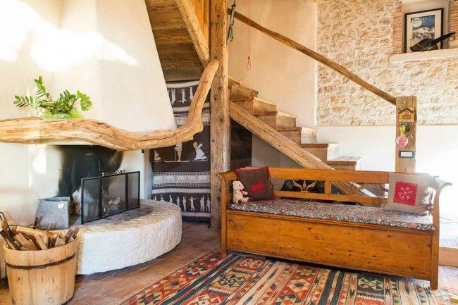 Камень в оформлении интерьера частного дома в средиземноморском стиле