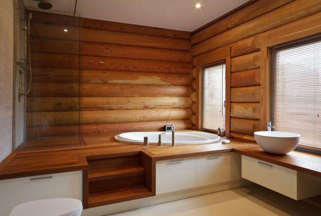 Ванная комната в дереве выглядит красиво и стильно