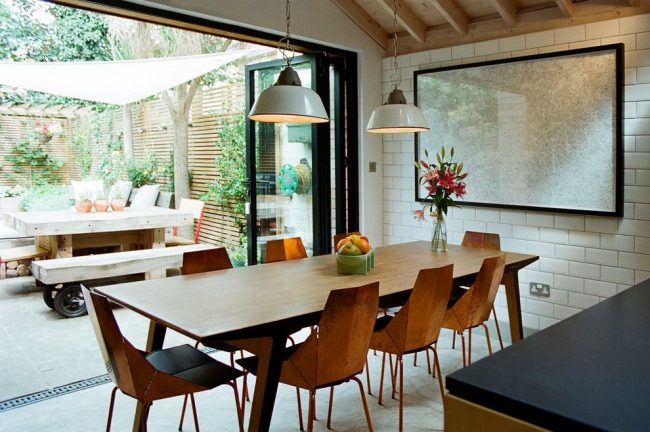 Белая глянцевая плитка в обшивке столовой деревянного дома