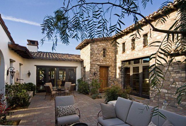 Дачное патио в средиземноморском стиле, расположенное во внутреннем дворе