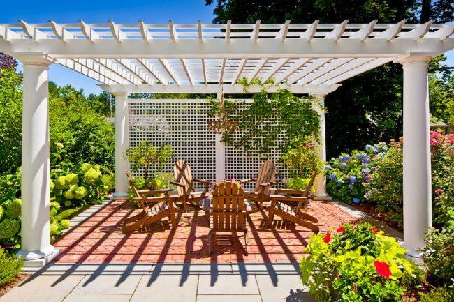 Патио в саду под решетчатым навесом