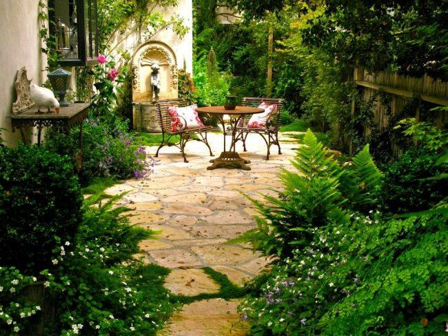 Миниатюрное дачное патио в зеленом саду - это вариант для больших любителей природы