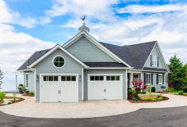 Очаровательный одноэтажный дом с мансардой и двумя гаражами