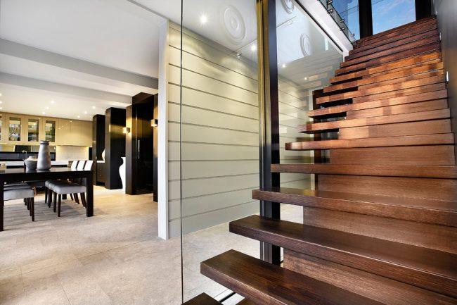 Лестницы в частном доме должны быть удобны и безопасны для передвижения всем членам семьи