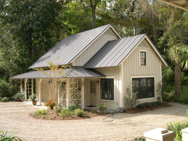 Красивый дом с мансардой в стиле кантри