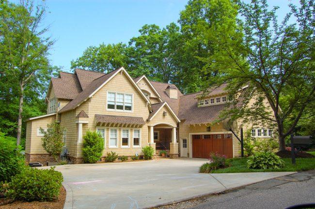 Красивый загородный дом с мансардой и гаражом в кремовом цвете