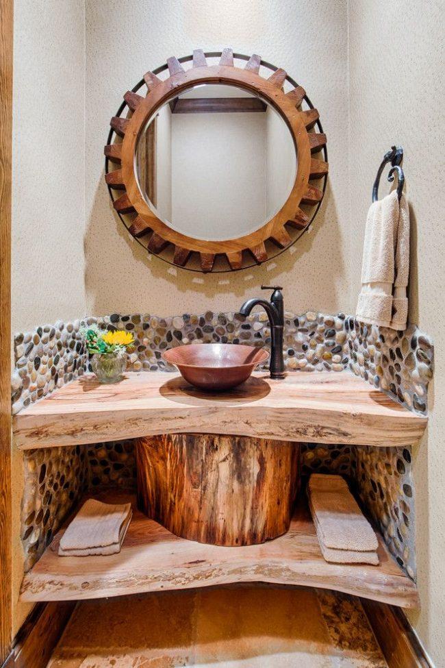 Небольшая медная раковина в деревянной столешнице в средиземноморском интерьере ванной комнаты