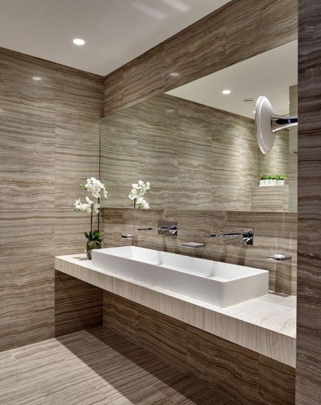 Стильная ванная комната с прямоугольной встроенной раковиной