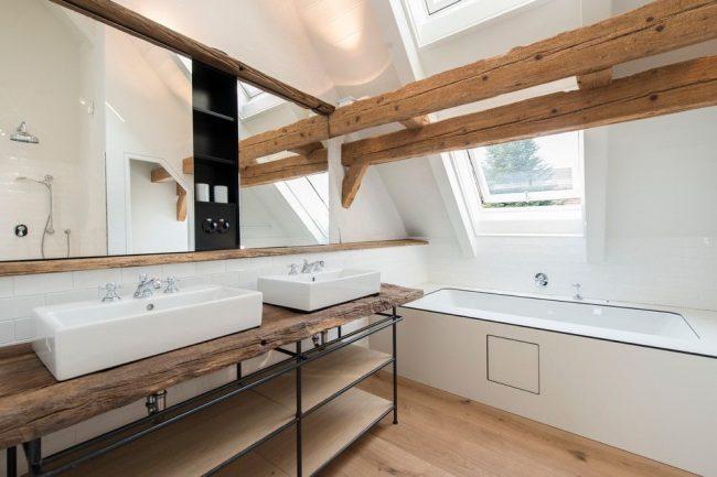 Столешница под раковину из цельного куска дерева с открытыми полками подойдет для ванной в скандинавском стиле