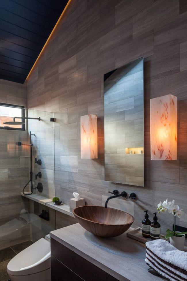 Встроенная деревянная раковина в ванной комнате в стиле модерн