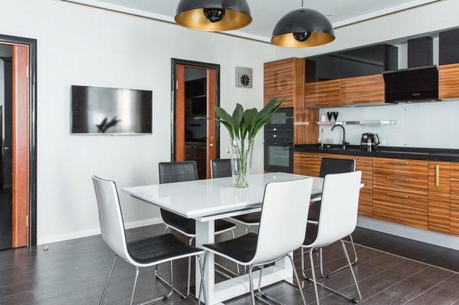 Небольшая кухня в стиле модерн со скрытой системой хранения