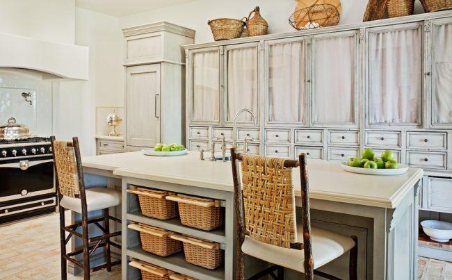 Система хранения в виде корзин прекрасно впишется в дизайн кухни стиля кантри